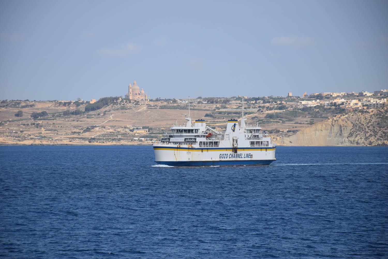 O ferry que liga a ilha de Malta à ilha de Gozo - para passageiros e carros