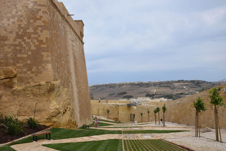 Subindo os muros da Cittadella, Gozo - Malta