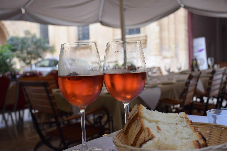 Vinho rosé maltês na Trattoria AD 1530 de Mdina, Malta (Hotel Xara Palace)