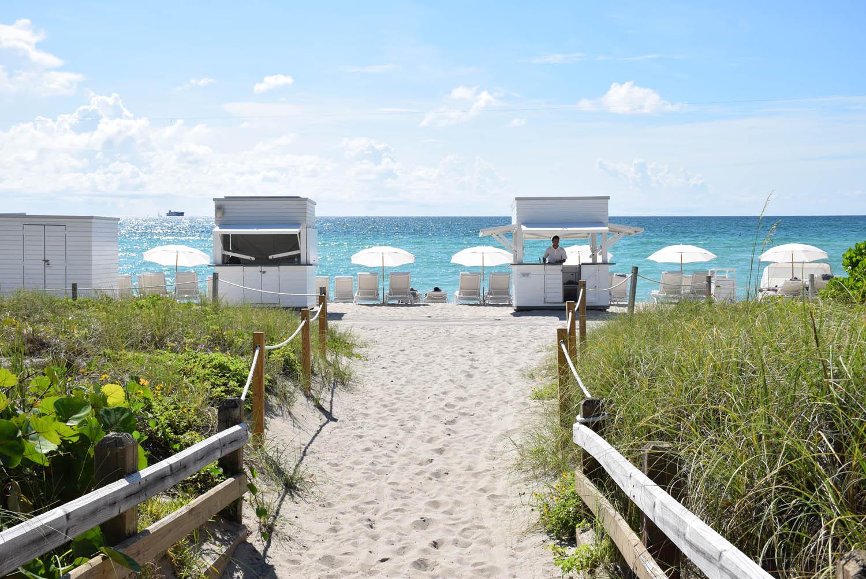 Estrutura de praia do hotel Metropolitan by COMO Miami Beach