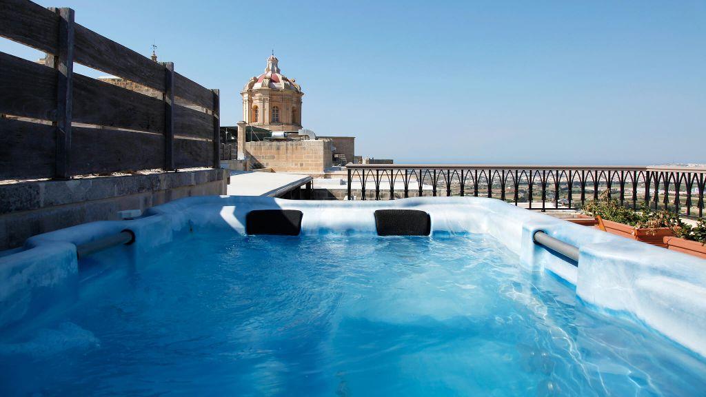 Jacuzzi do Hotel The Xara Palace Relais & Chateaux em Mdina, Malta | foto: divulgação