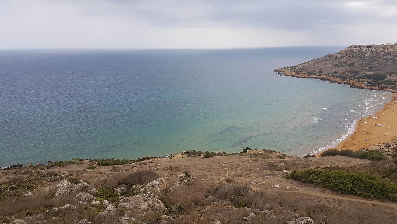 Ramla Bay vista do penhasco onde fica a Calypso Cave, em Gozo - Malta