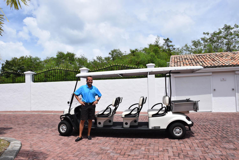 O nosso mordomo com seu carrinho de golf, para transportar hóspedes dentro do hotel