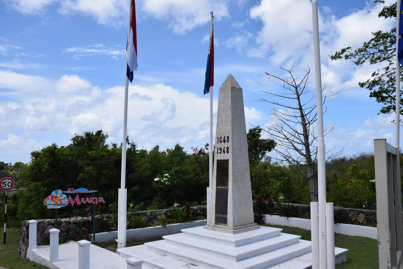 Obelisco da fronteira: St. Martin & St. Maarten