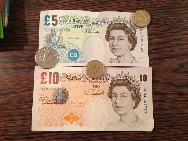 Olha a Rainha aí! Notas e moedas de Libra Esterlina | foto: Alan Light (Flickr CC)