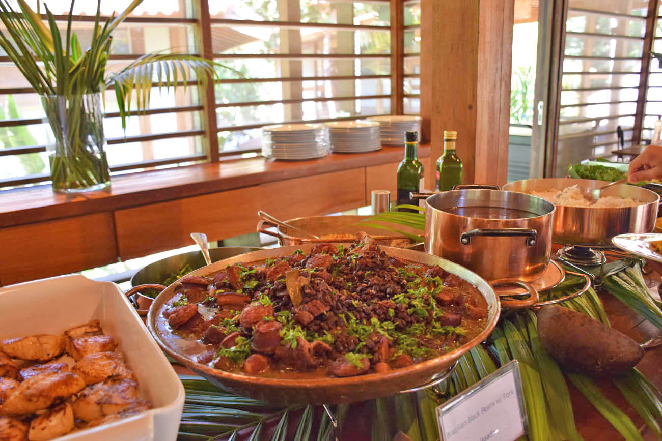 Feijoada no buffet de almoço do Cristalino Lodge, Amazônia