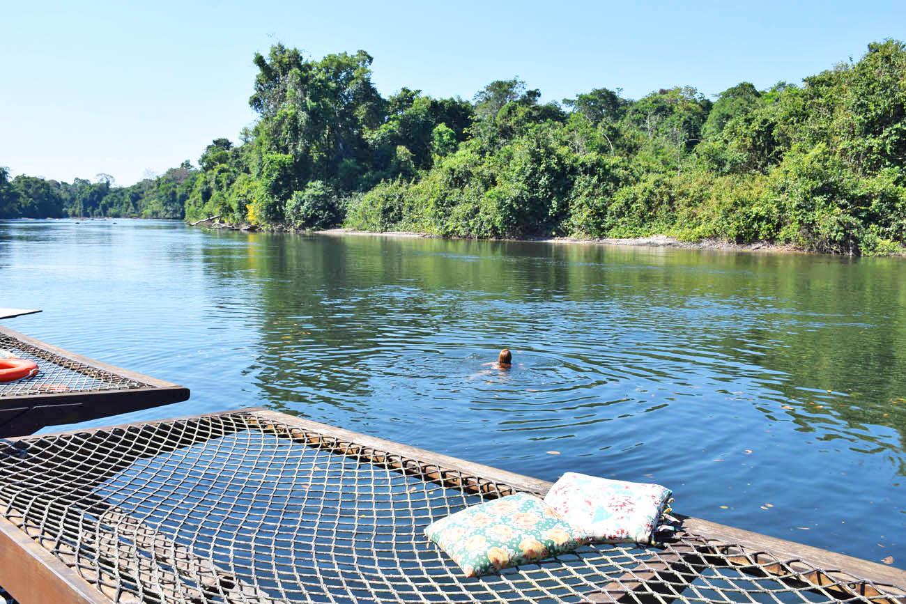 Redes do deck flutuante sobre o Rio Cristalino
