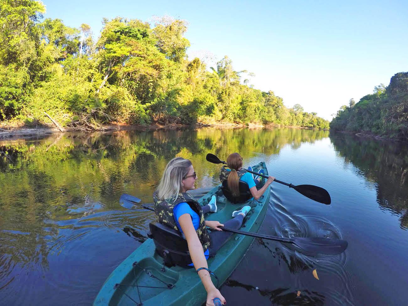 De caiaque Rio Cristalino abaixo, rumo ao pôr do sol!