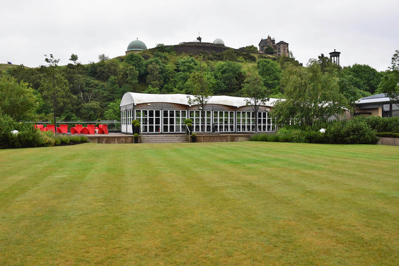 Rooftop do The Galsshouse Hotel em Edimburgo, com vista para o Calton Hill