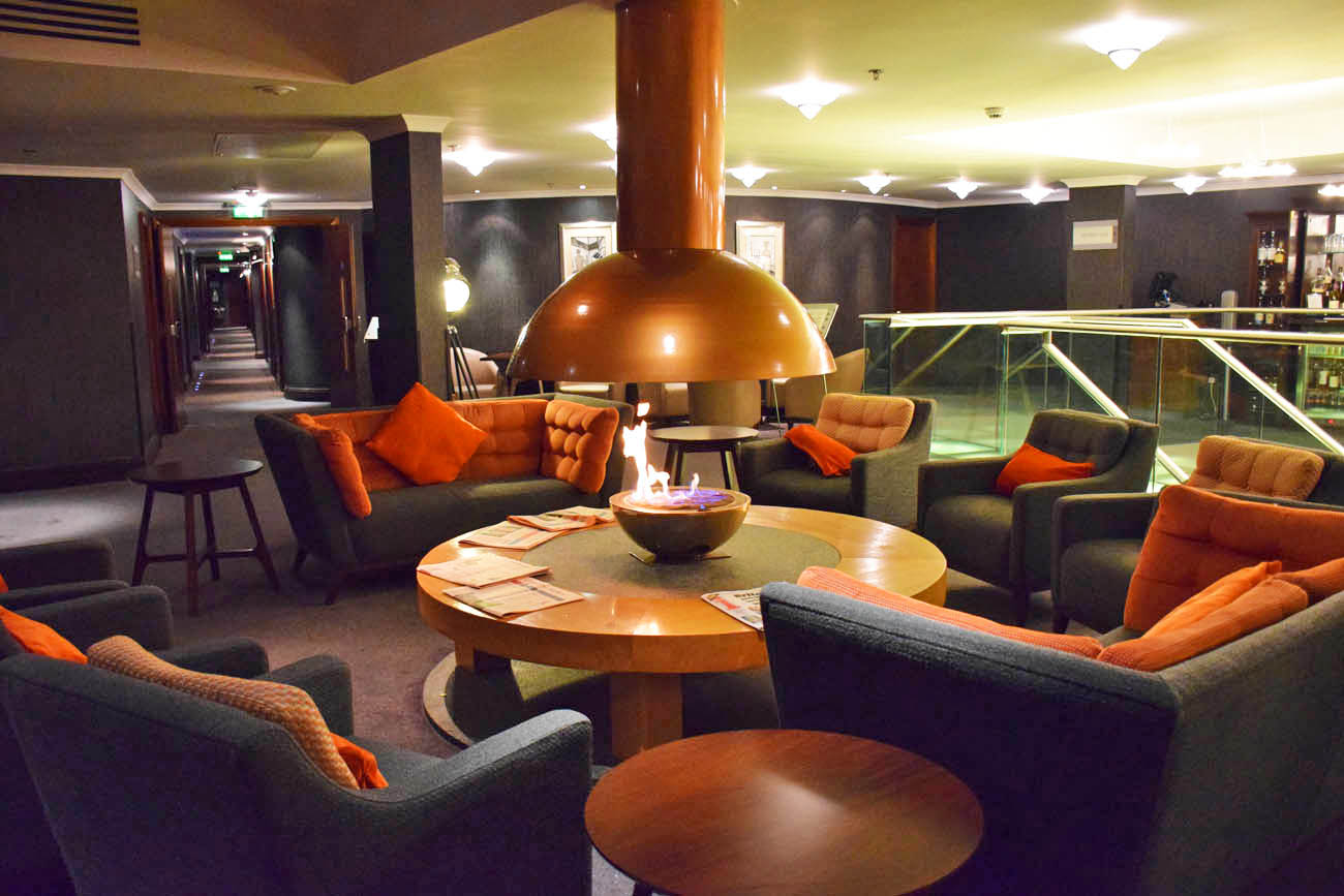 The Snug - lounge super aconchegante com lareira no The Glasshouse Hotel, Edimburgo