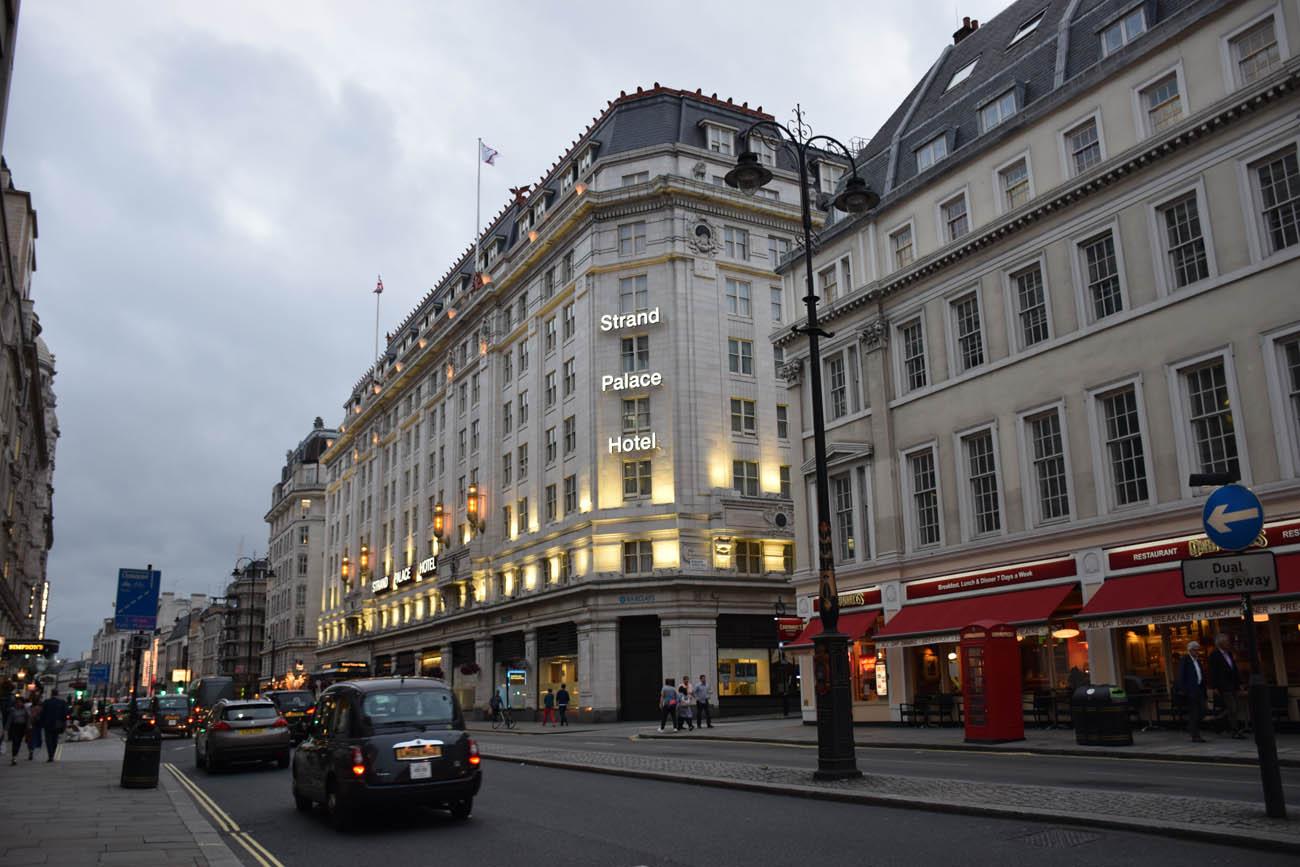 A avenida Strand, onde fica o Strand Palace Hotel, em Londres