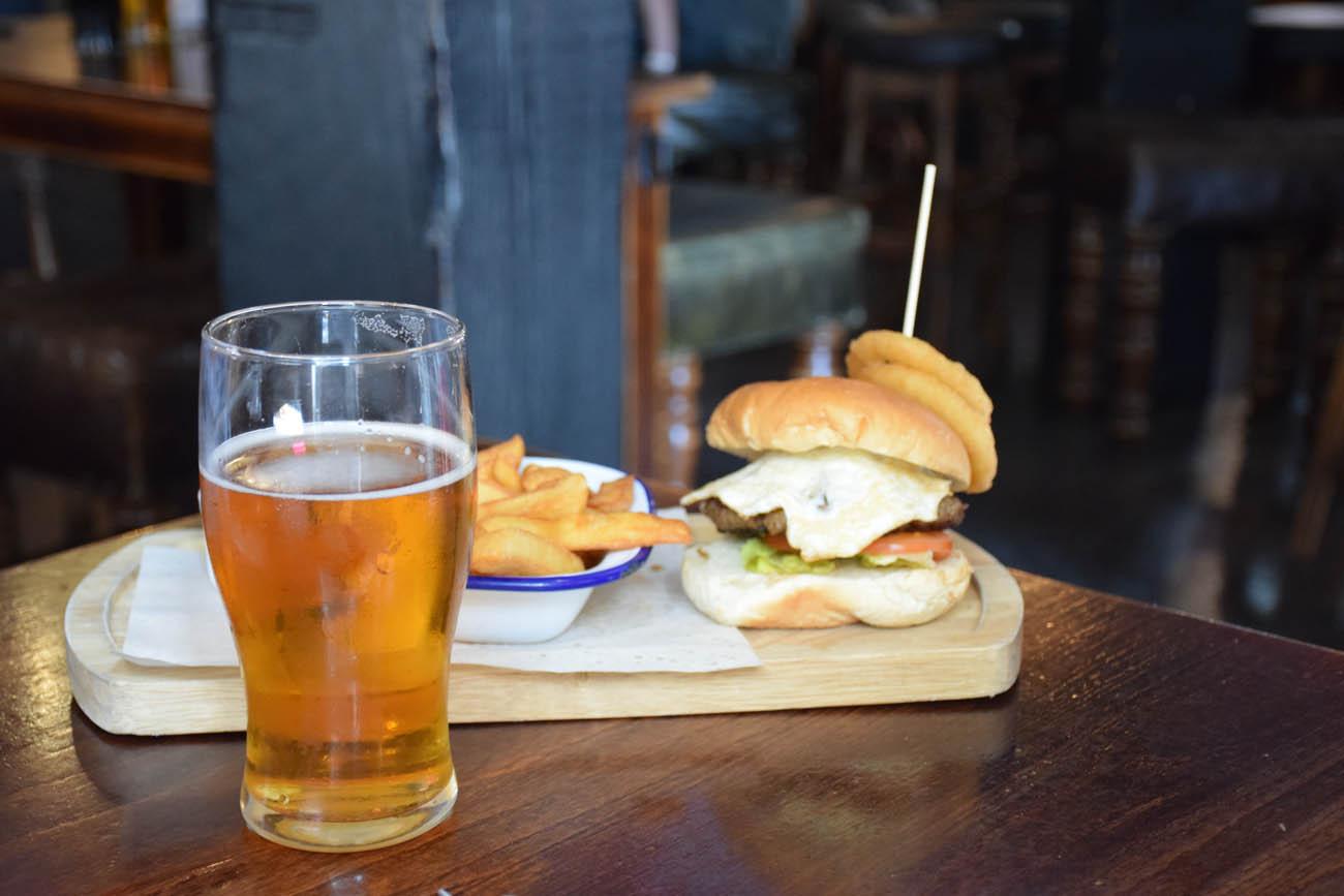 Cervejinha e claro, burgers!!!! Pub's life!!!