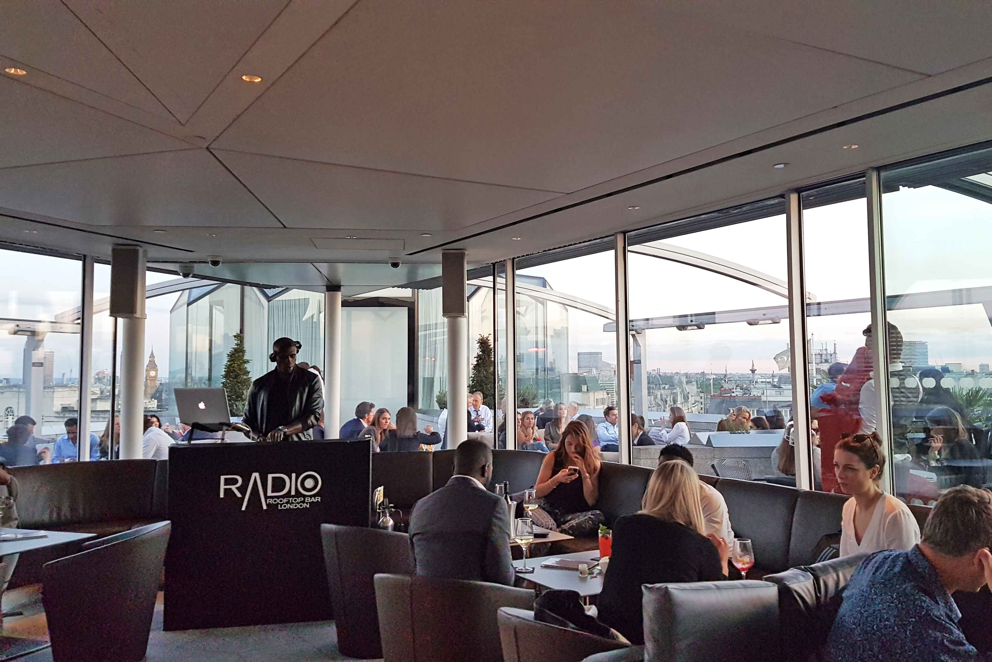 Interior do Radio Rooftop Bar em Londres