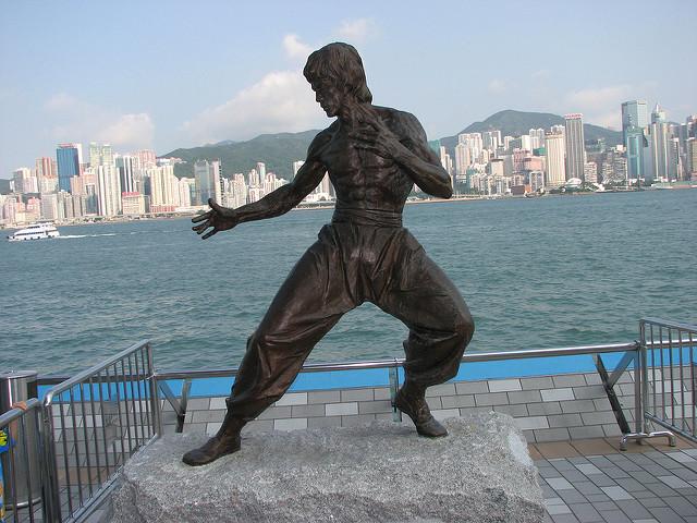 Estátua de Bruce Lee na Avenue of Stars, em Hong Kong | foto: PROIan Muttoo para Flickr (CC)