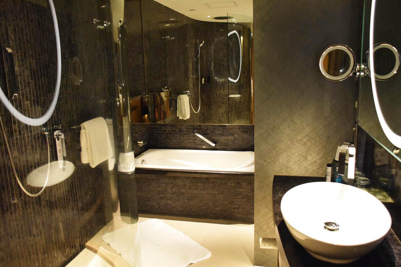 Banheiro lindo e ultra moderno - Hotel ICON Hong Kong