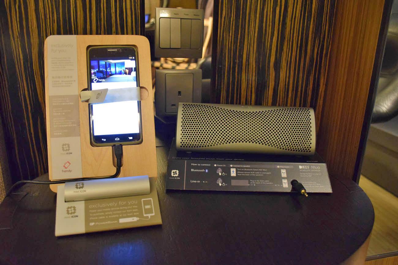 Smartphone com dados para hóspedes e caixinha de som bluetooth - Hotel ICON Hong Kong