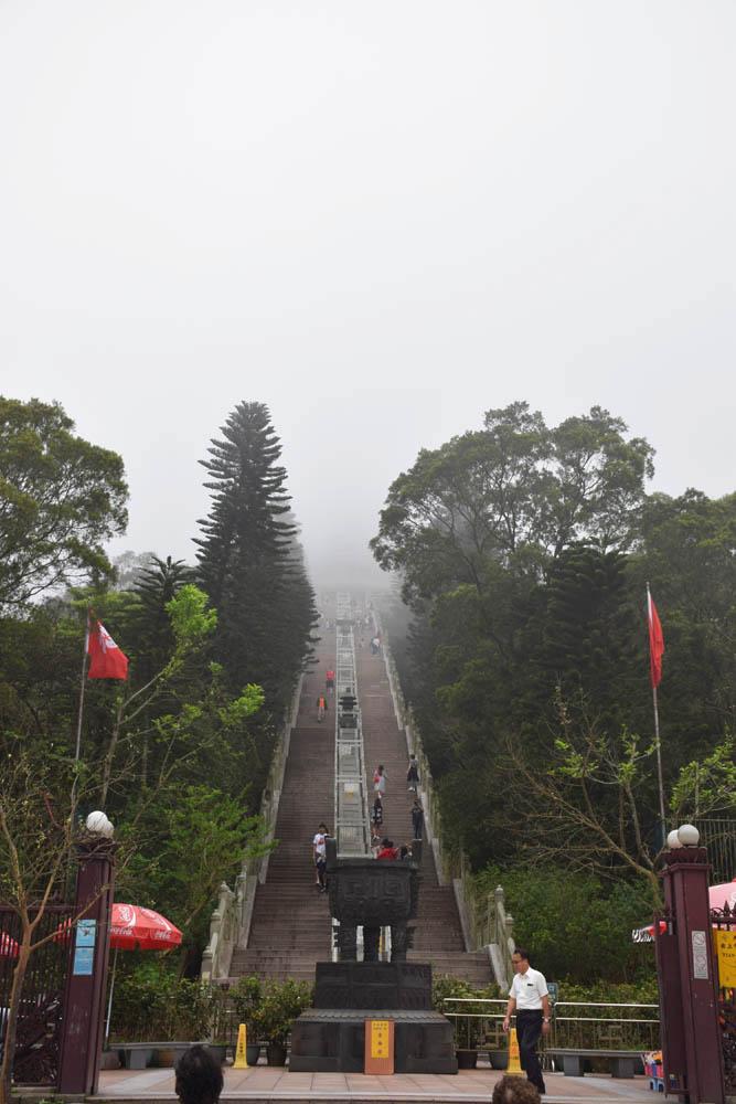 Embaixo das nuvens, no final da escada, há um Buda Gigante!!!