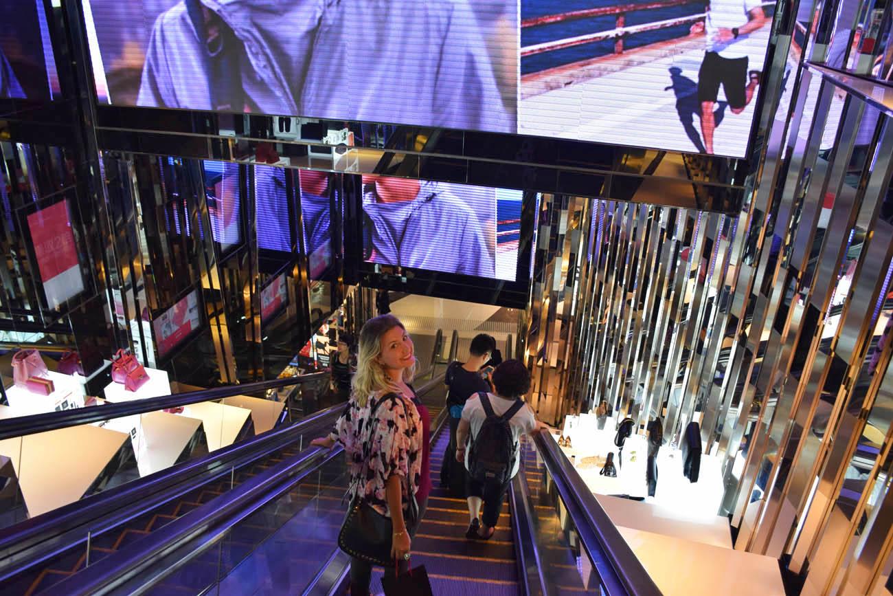 Dentro de um dos muitos shoppings de luxo da Canton Road, Hong Kong