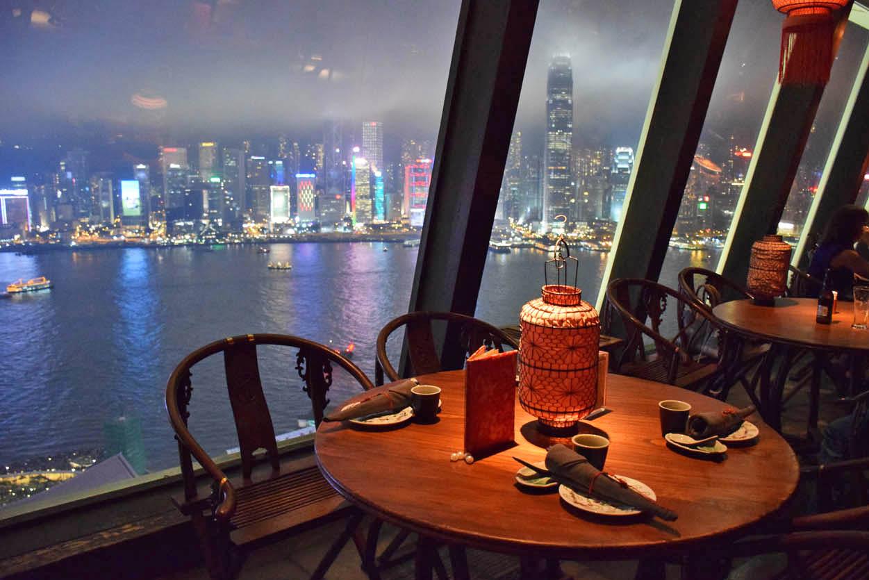 Restaurante Hutong, com vista para o skyline de Hong Kong