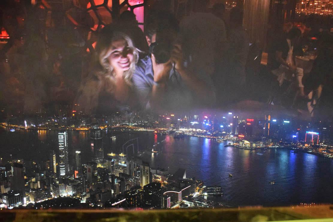 Diversão com reflexo no vidro :D Bar Ozone, Hong Kong