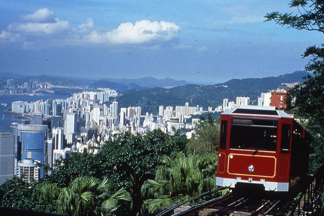 Peak Tram - funicular que chega ao Victoria Peak em Hong Kong | foto: Charles, para Flickr (CC)