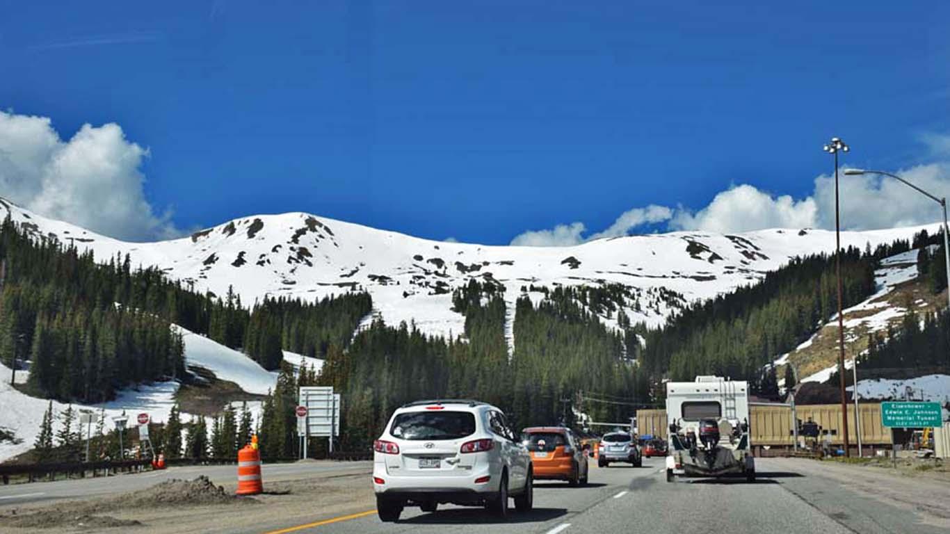 Na estrada entre Denver e Vail - bastante neve mesmo no verão