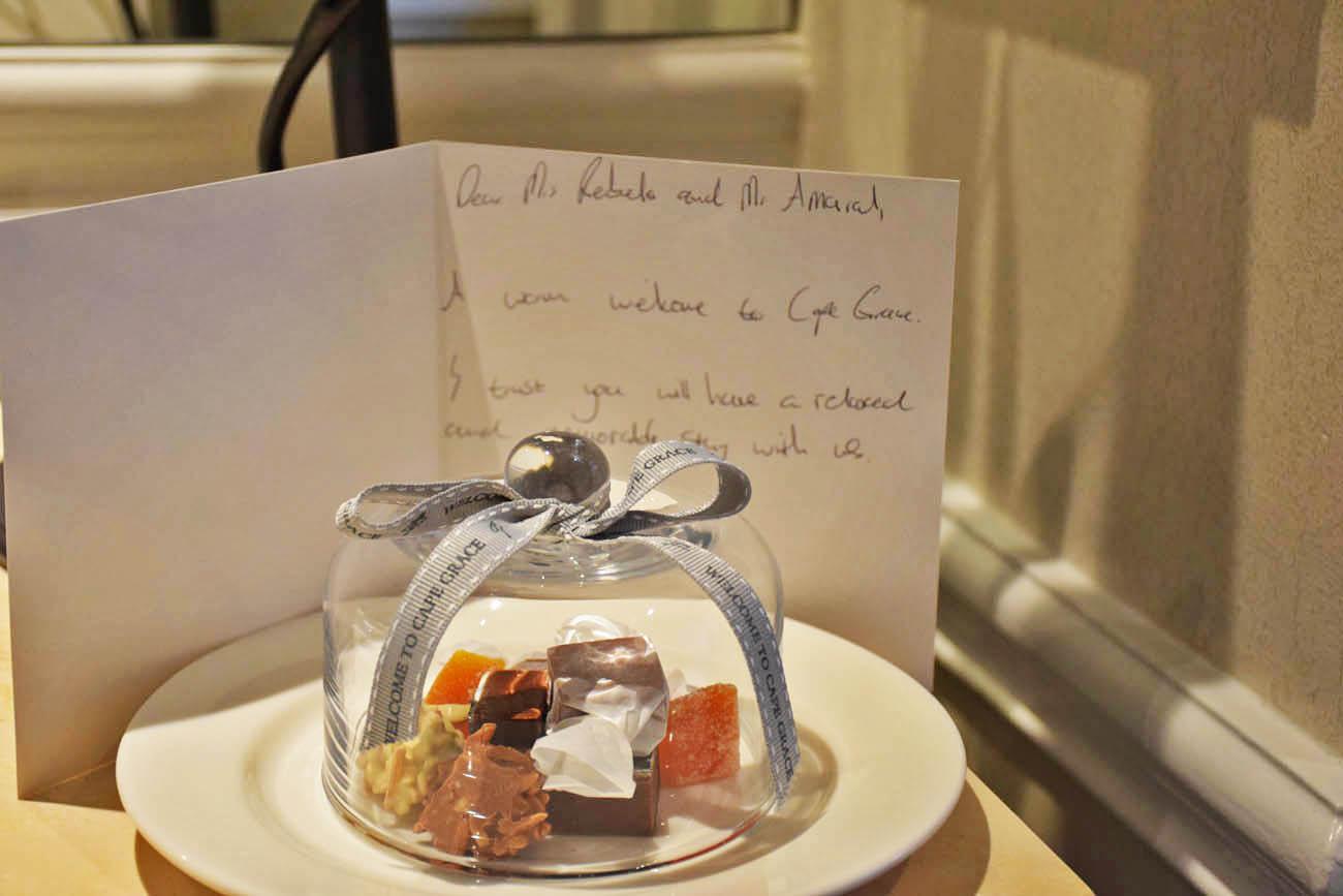 Docinhos de boas-vindas no quarto - Cape Grace Hotel