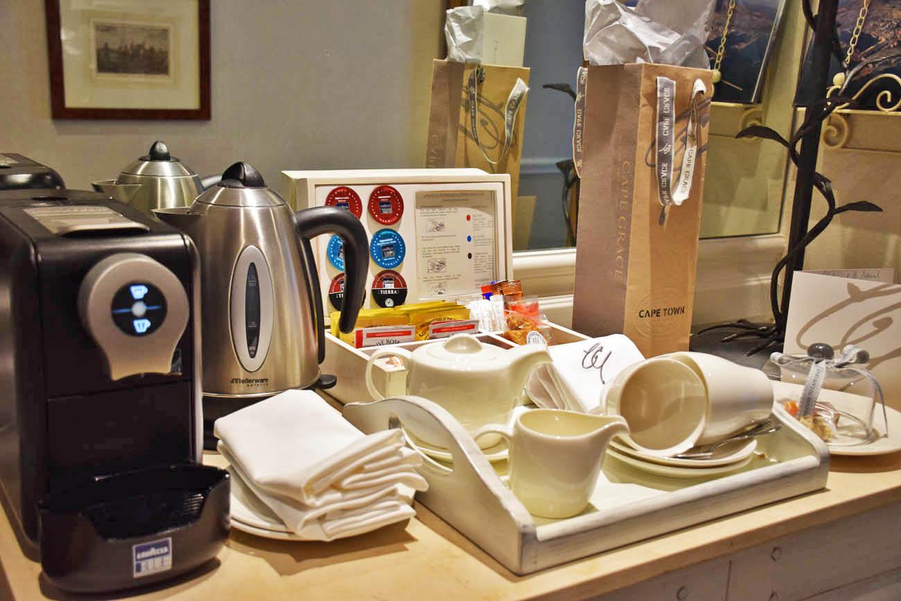 Chás e máquina de café espresso nos quartos