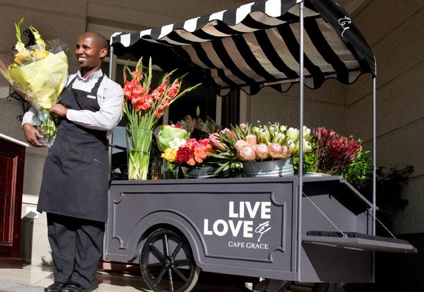 Flower Trolley na entrada do Cape Grace Hotel | créditos: divulgação