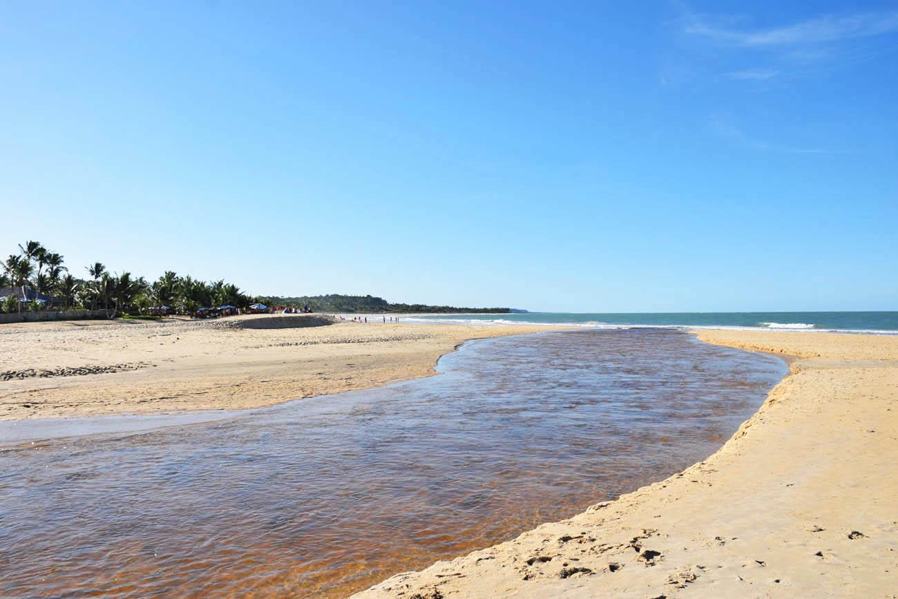 Rio que divide a Praia Barra do Rio Trancoso da Praia dos Nativos | Créditos: Lala Rebelo