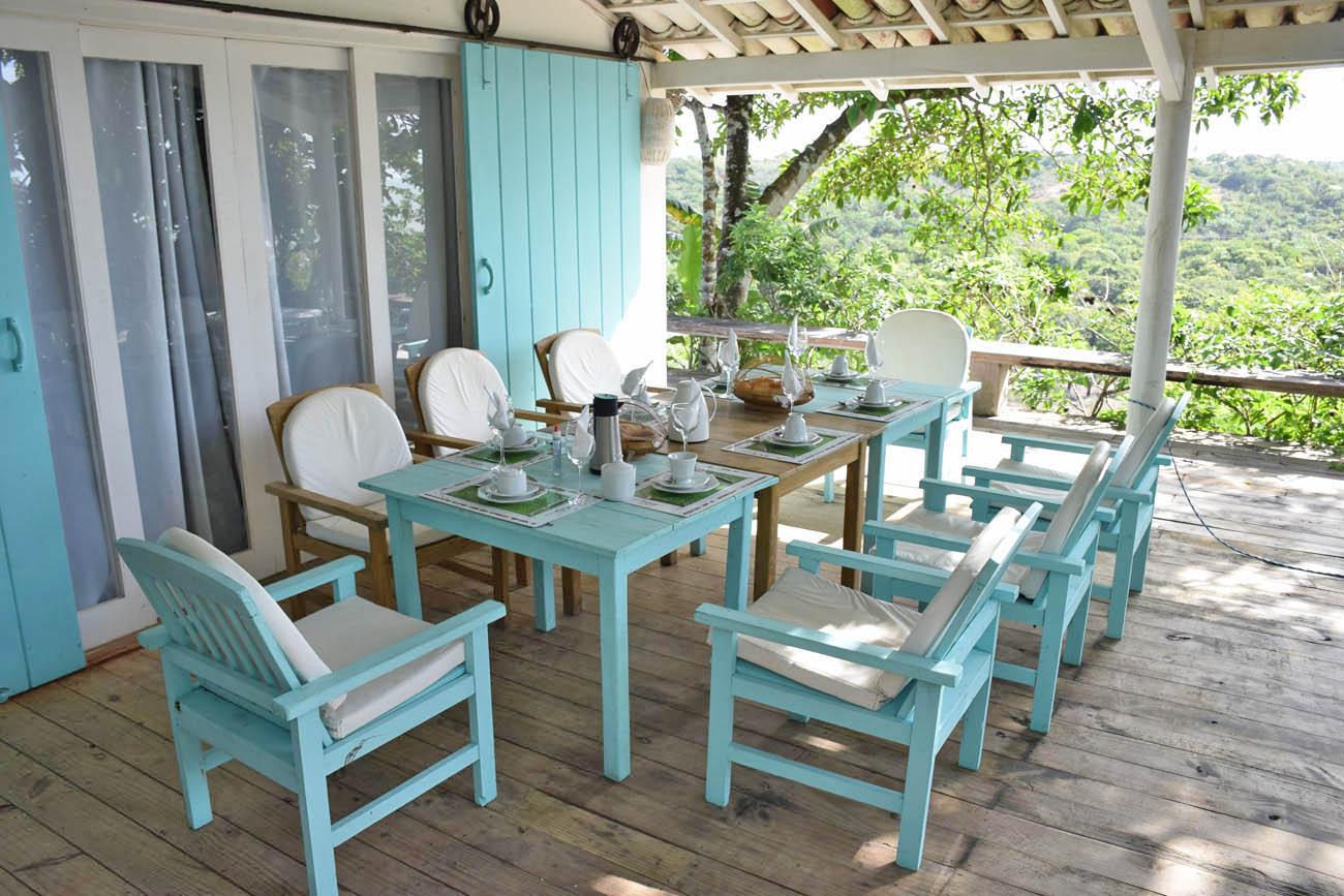 Mesa arrumada para um café da manhã em família delicioso! Pousada Segredos de Trancoso | Créditos: Lala Rebelo