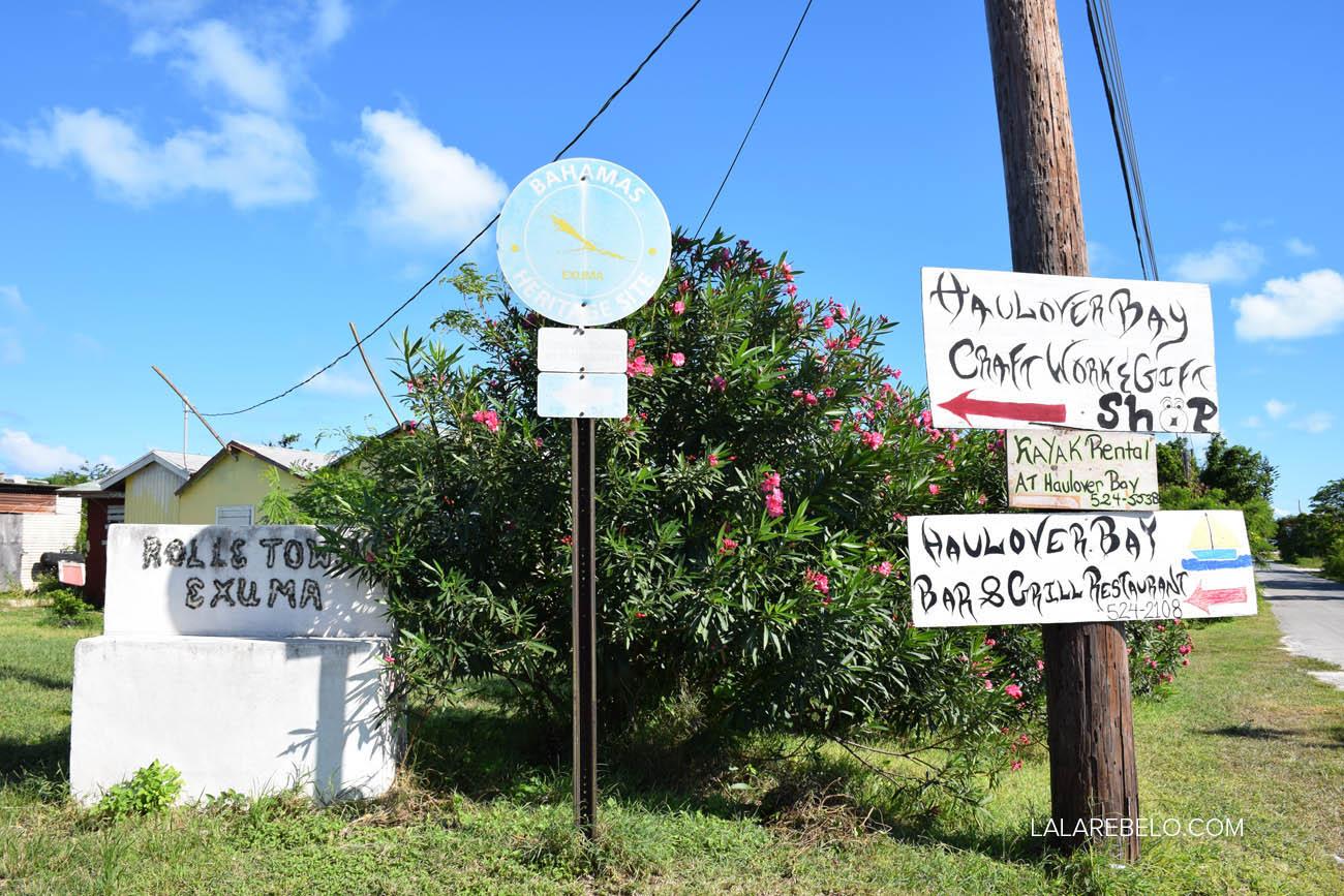 Placa na estrada indicando a entrada para Rolle Town / Haulover Bay.