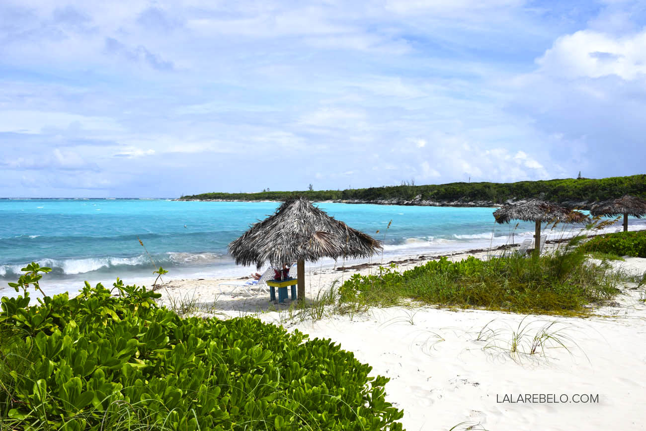 Palapas na praia do Hotel Paradise Bay em Great Exuma - Bahamas | Flamingo Bay