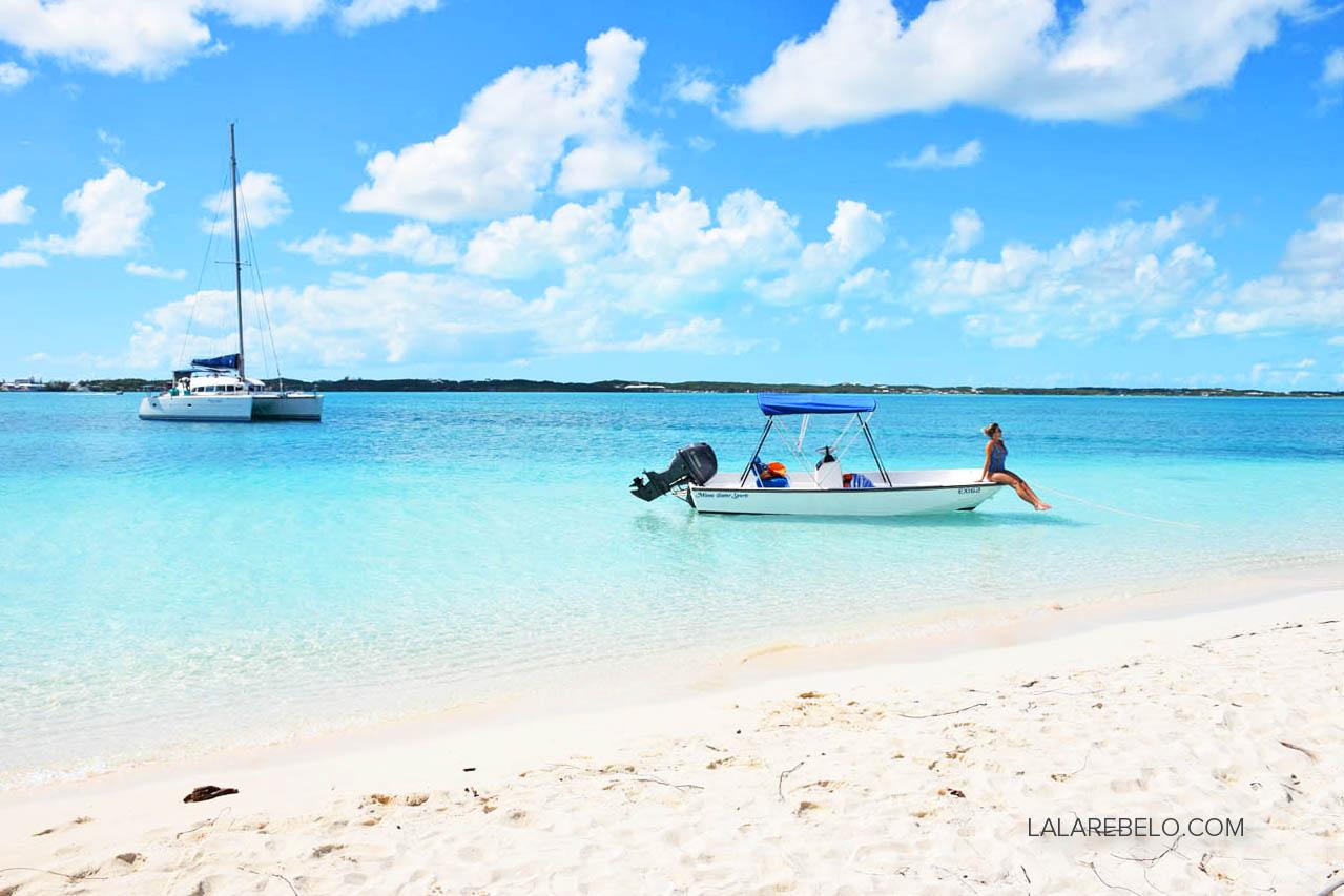 Nosso barquinho atracado no bar Chat 'n' Chill, em Stocking Island - Exuma - Bahamas