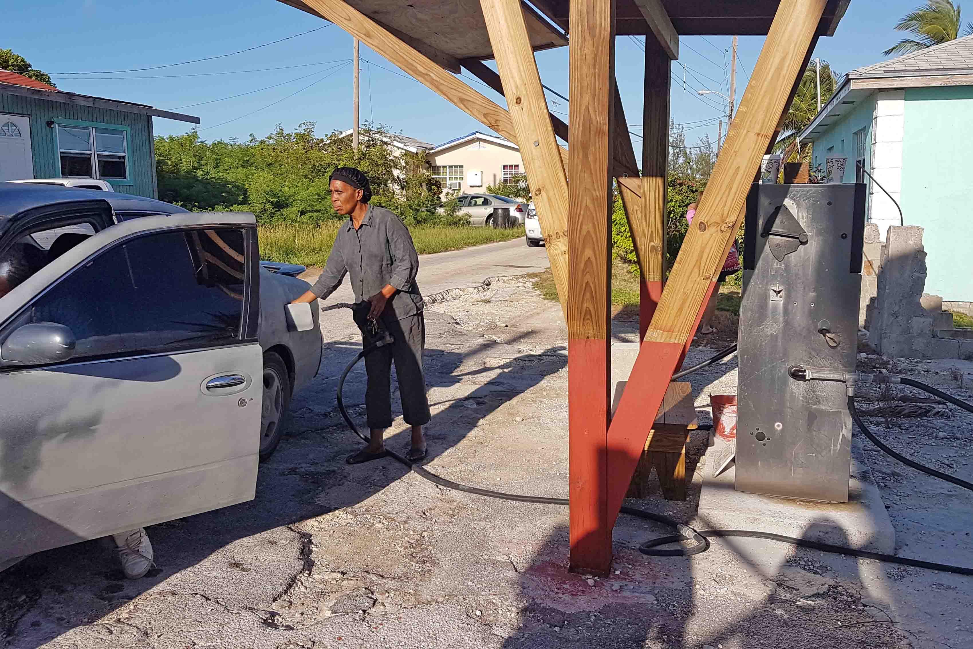 Posto de gasolina na ilha de Great Exuma, Bahamas - Tudo muito rústico!