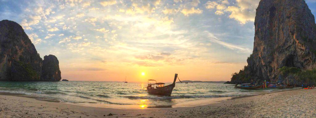 Pôr do sol em Phranang Cave Beach, em Krabi | Créditos: Lala Rebelo