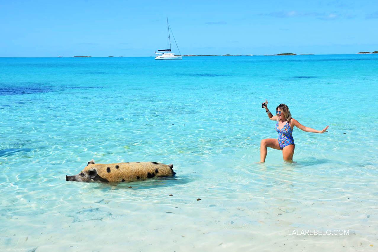 Com os porquinhos nadadores na Pig Beach - Exuma Cays - Bahamas