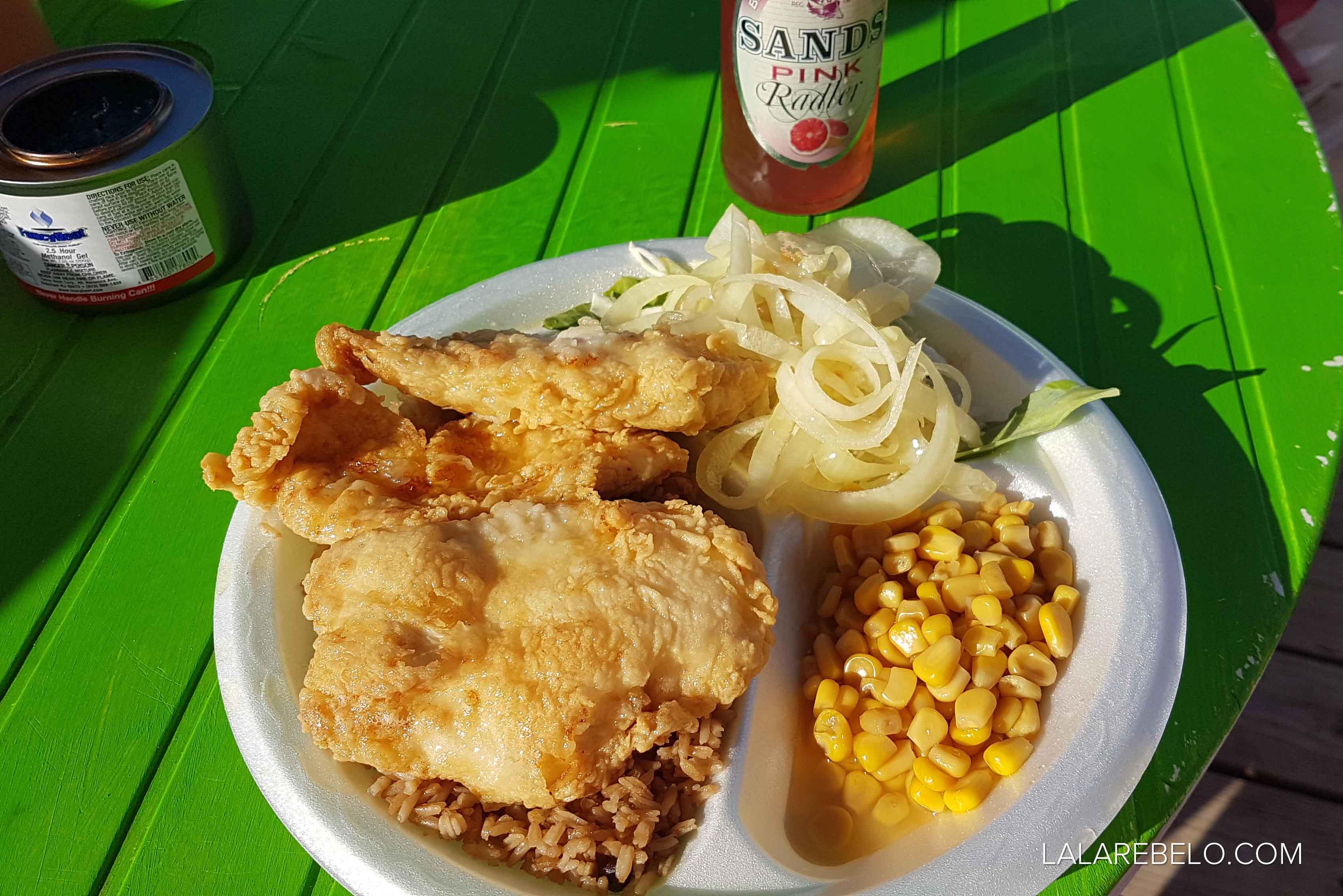 Prato típico bahamense de peixe frito e rice n' peas | Santanna's Restaurant - Little Exuma - Bahamas