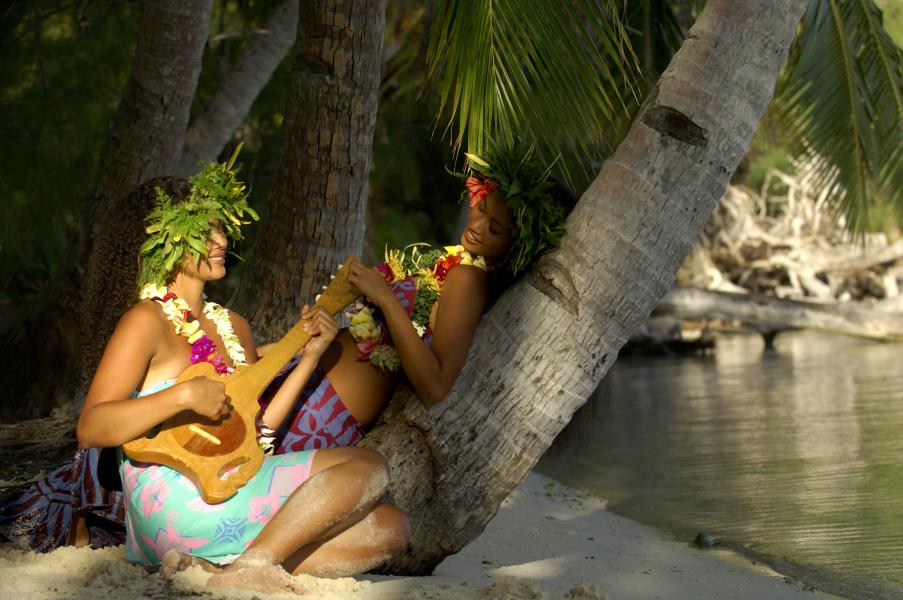 Tocando o tradicional Ukulele | foto: © GIE TAHITI TOURISME – ©tim-mckenna.com