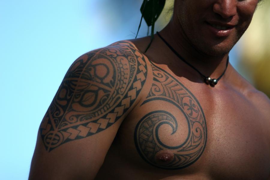 Homem com tatuagem polinésias | foto: © GIE TAHITI TOURISME – G. Le Bacon