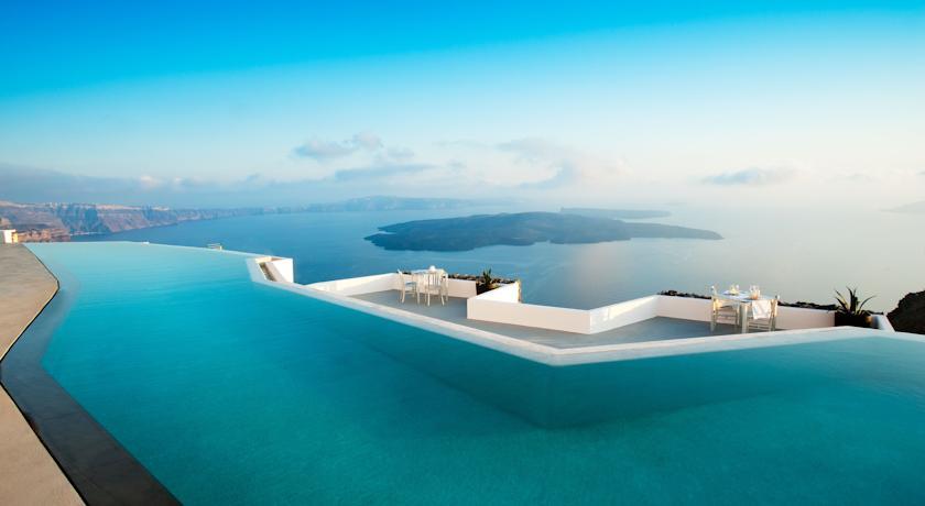 Piscina do Hotel Grace Santorini, na Grécia | foto: divulgação