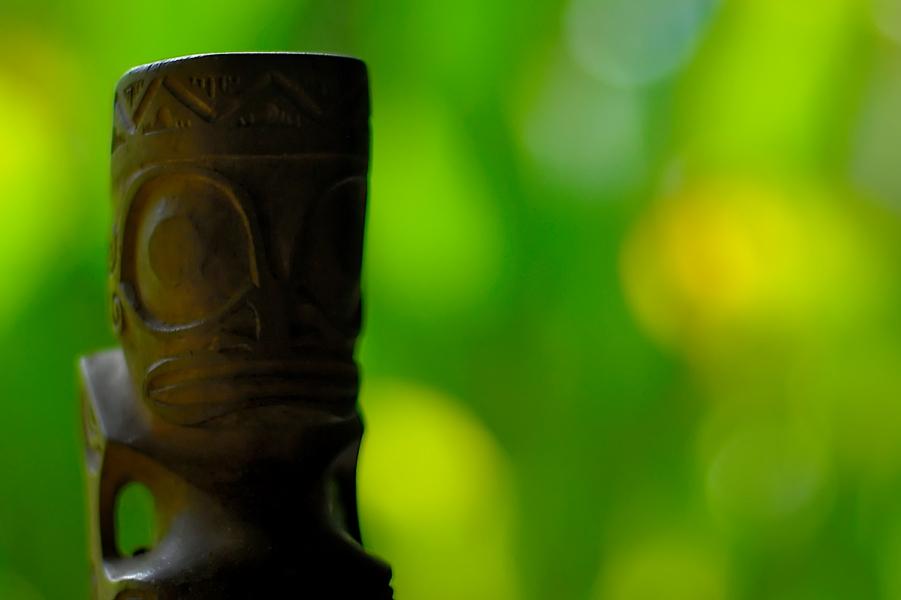 Um Tiki esculpido na madeira | foto: © GIE TAHITI TOURISME – J.GALLECIER