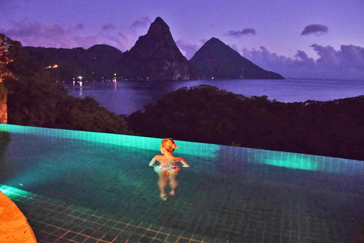 A noite, a piscina é iluminada - Jade Mountain | foto: Lala Rebelo