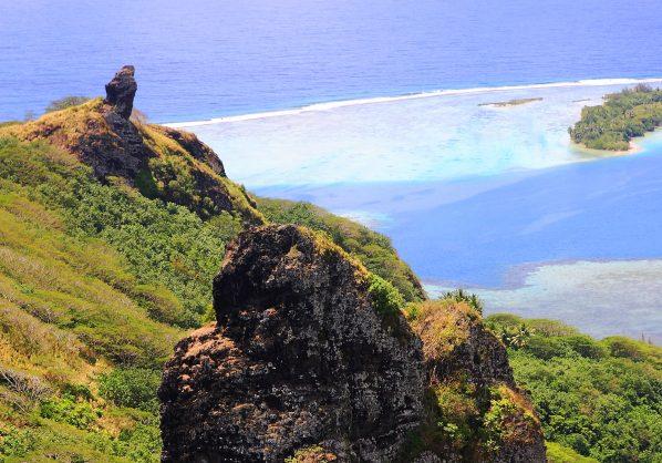 Montanhas altas e o mar azul de Huahine | foto: © TAHITI TOURISME – Lucien Pesquie