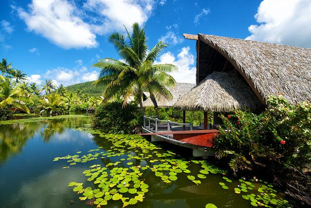 Bangalôs sobre o lago do hotel Maitai Lapita Village, em Huahine | foto: divulgação