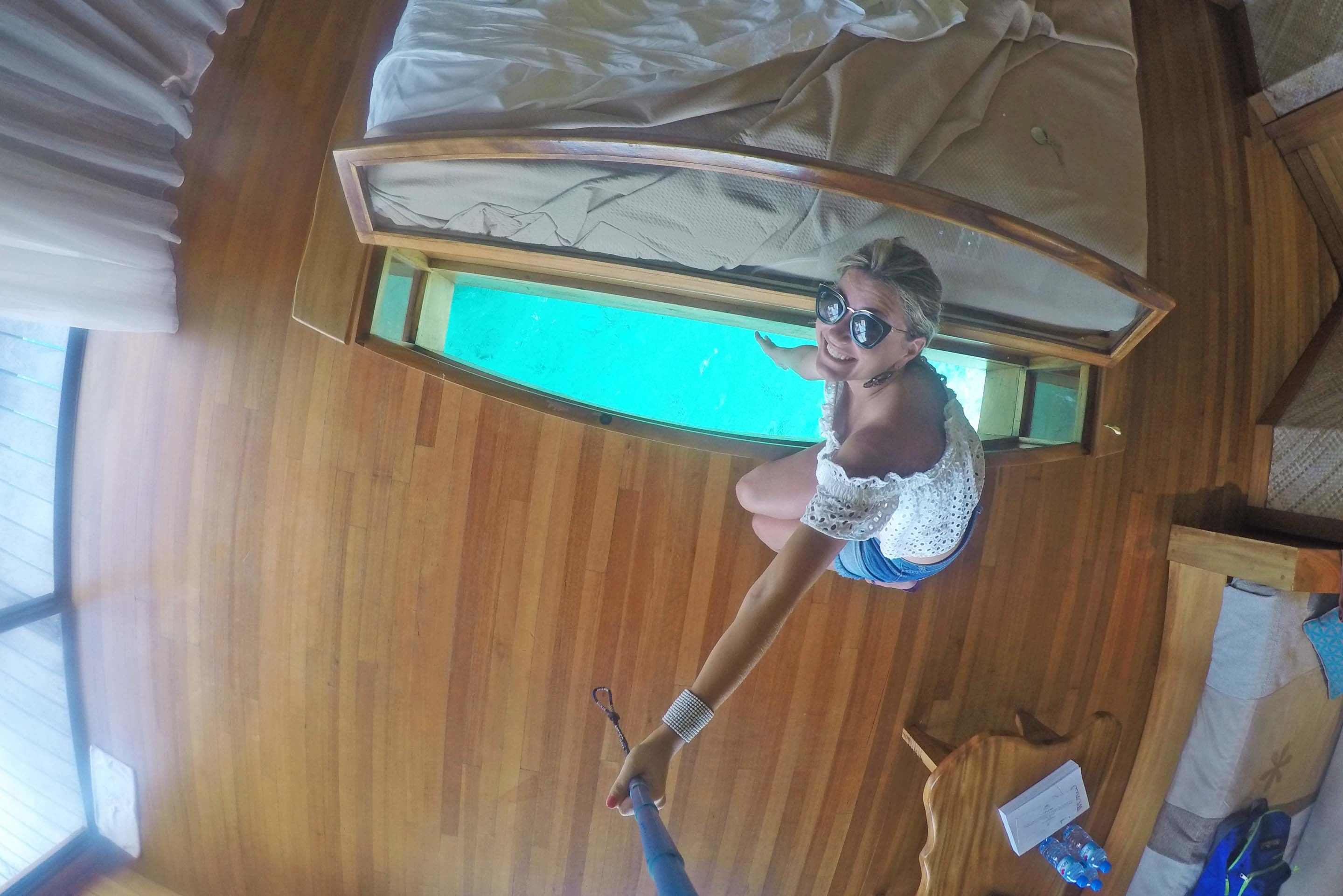 Detalhe da abertura para o mar nos pés da cama no Bangalô do Le Taha'a Island Resort. Para jogar comida para os peixes! | foto: Lala Rebelo