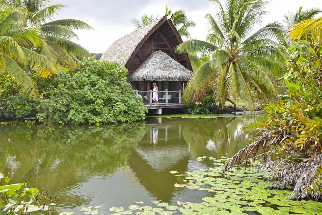 Bangalôs sobre o lago do Maitai Lapita Village, em Huahine