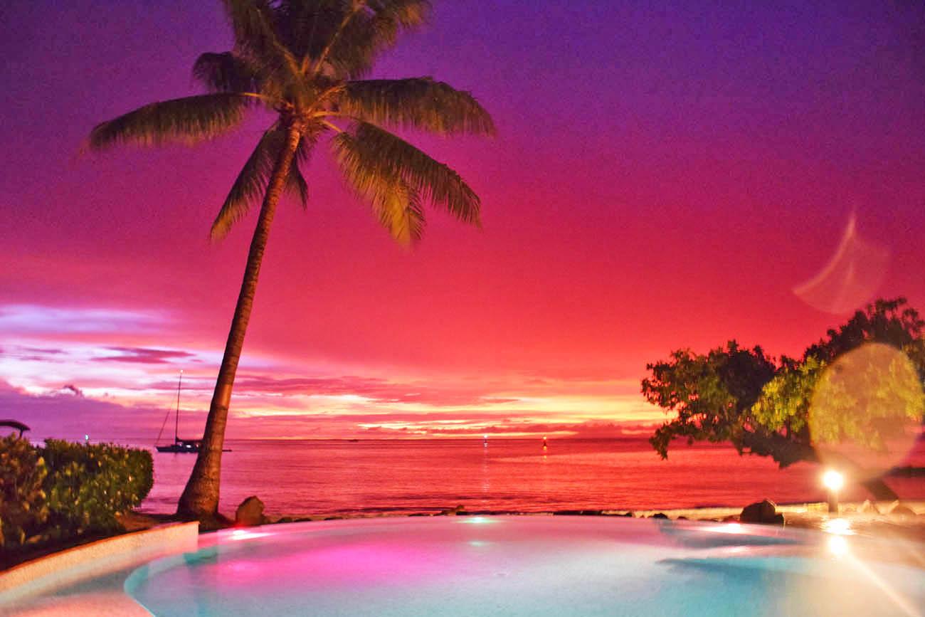 Pôr do sol UAU na piscina do Hotel Maitai Lapita Village, em Huahine | foto: Lala Rebelo
