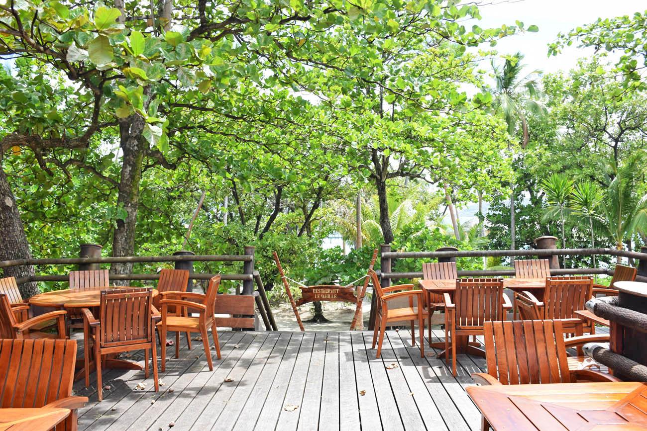 Mesas ao ar livre no Restaurante Le Vanille - Le Taha'a Island Resort | foto: Lala Rebelo