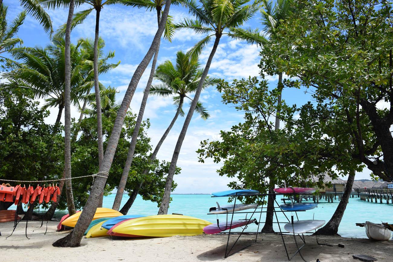 Caiaques e stand-up paddles à disposição dos hóspedes no Le Taha'a Island Resort | foto: Lala Rebelo